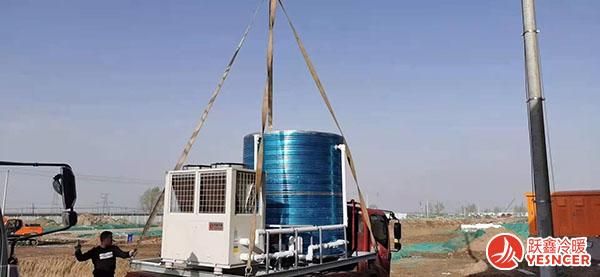 空气能热泵一体机被吊装运输中