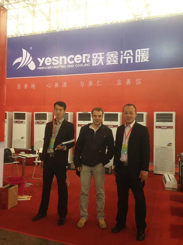 国际友人与跃鑫空调销售经理当场签订合作协议并合照留念